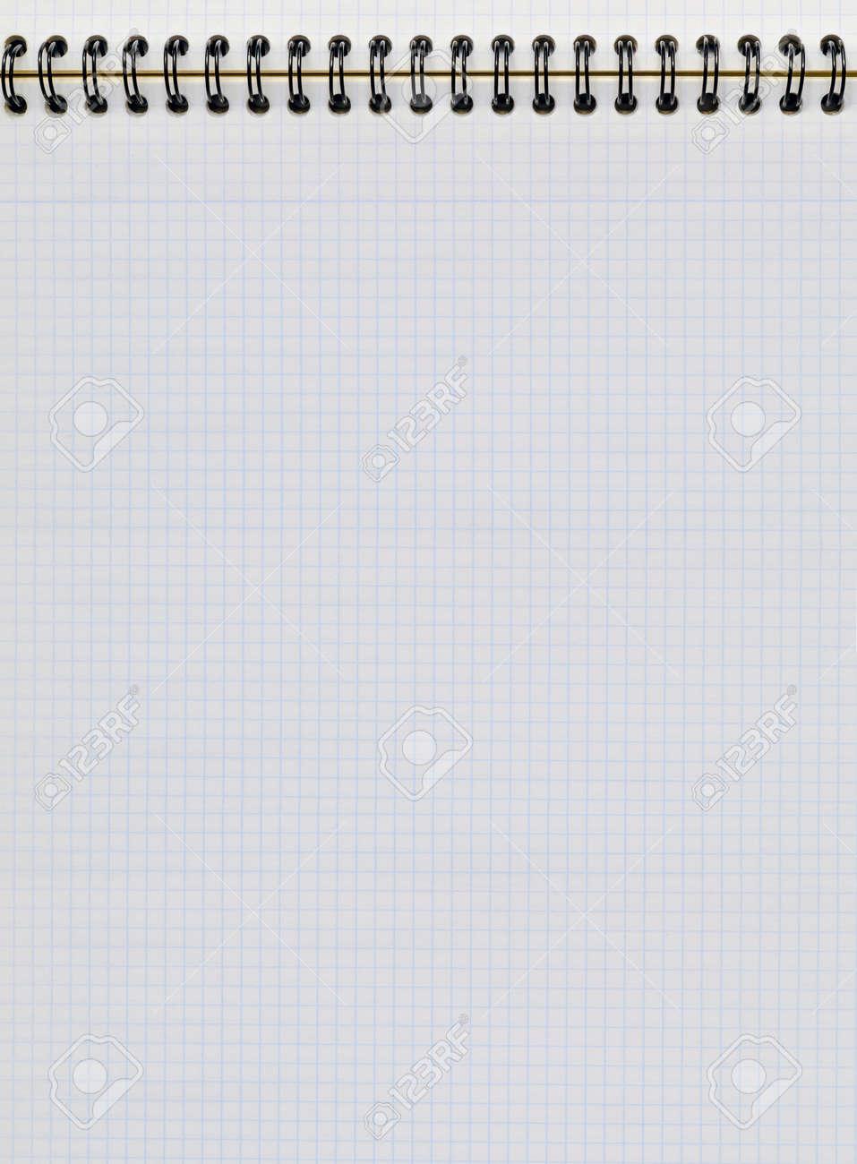 b2b702b5025 Hoja De Papel Cuadriculado En Un Cuaderno Vertical Estudio Y Concepto De La  Educación