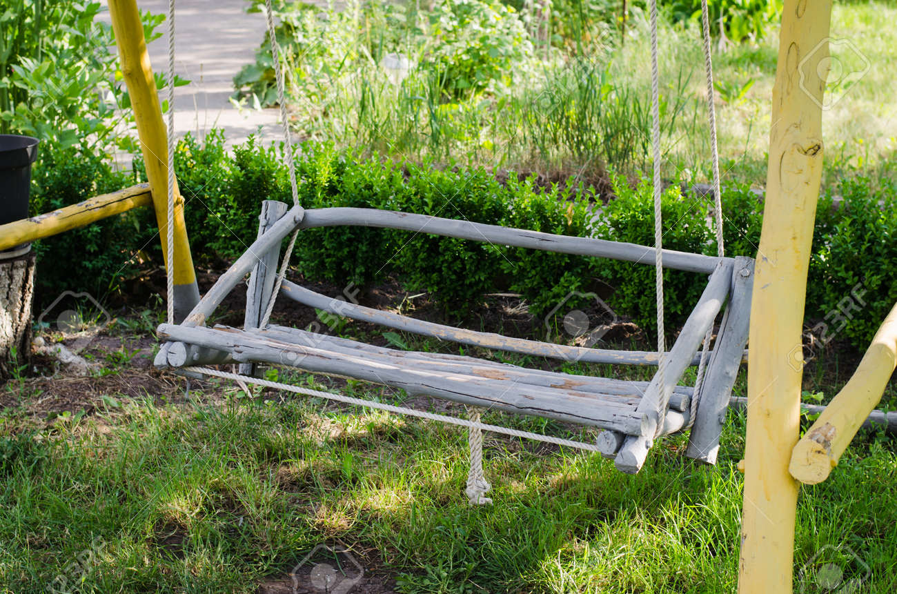 columpio de madera hecho a mano en el jardin acogedor patio para descansar