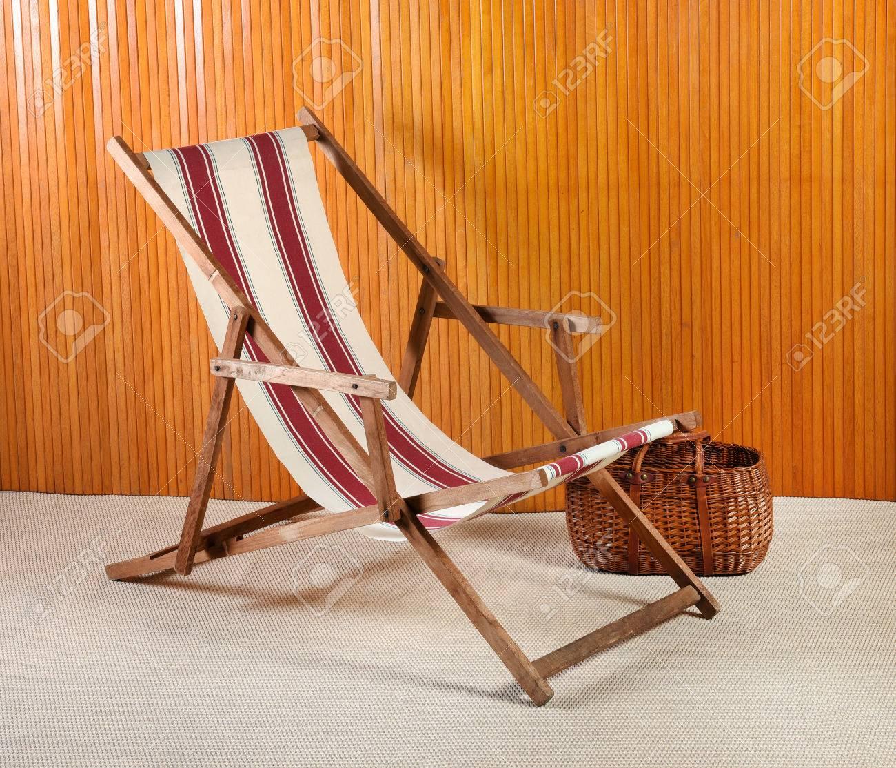 https fr 123rf com photo 77100066 vue lat c3 a9rale de la chaise longue c3 a0 rayures et du panier en osier dans la chambre moderne html