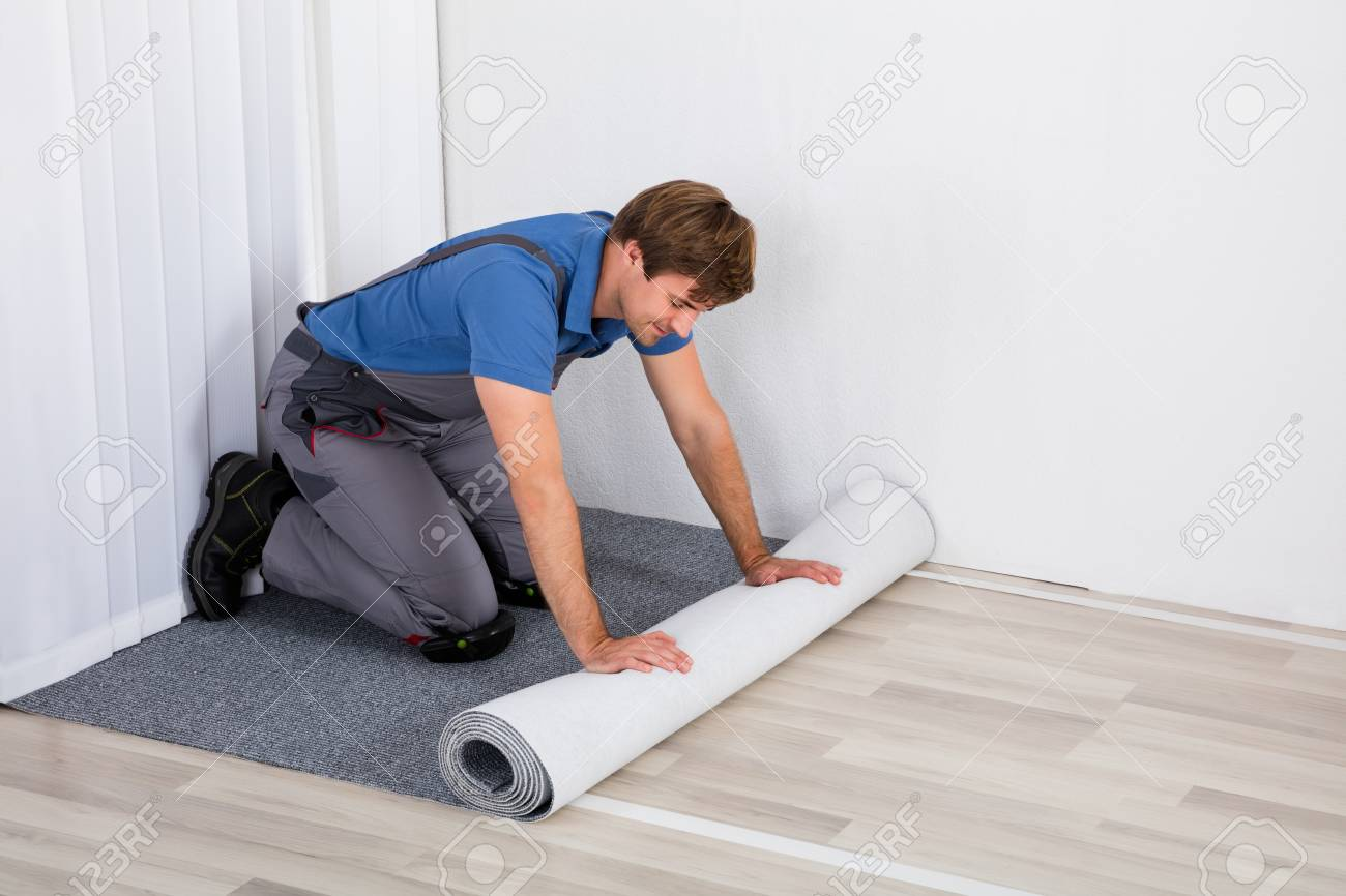 tapis roulant jeune homme handyman sur le sol a la maison