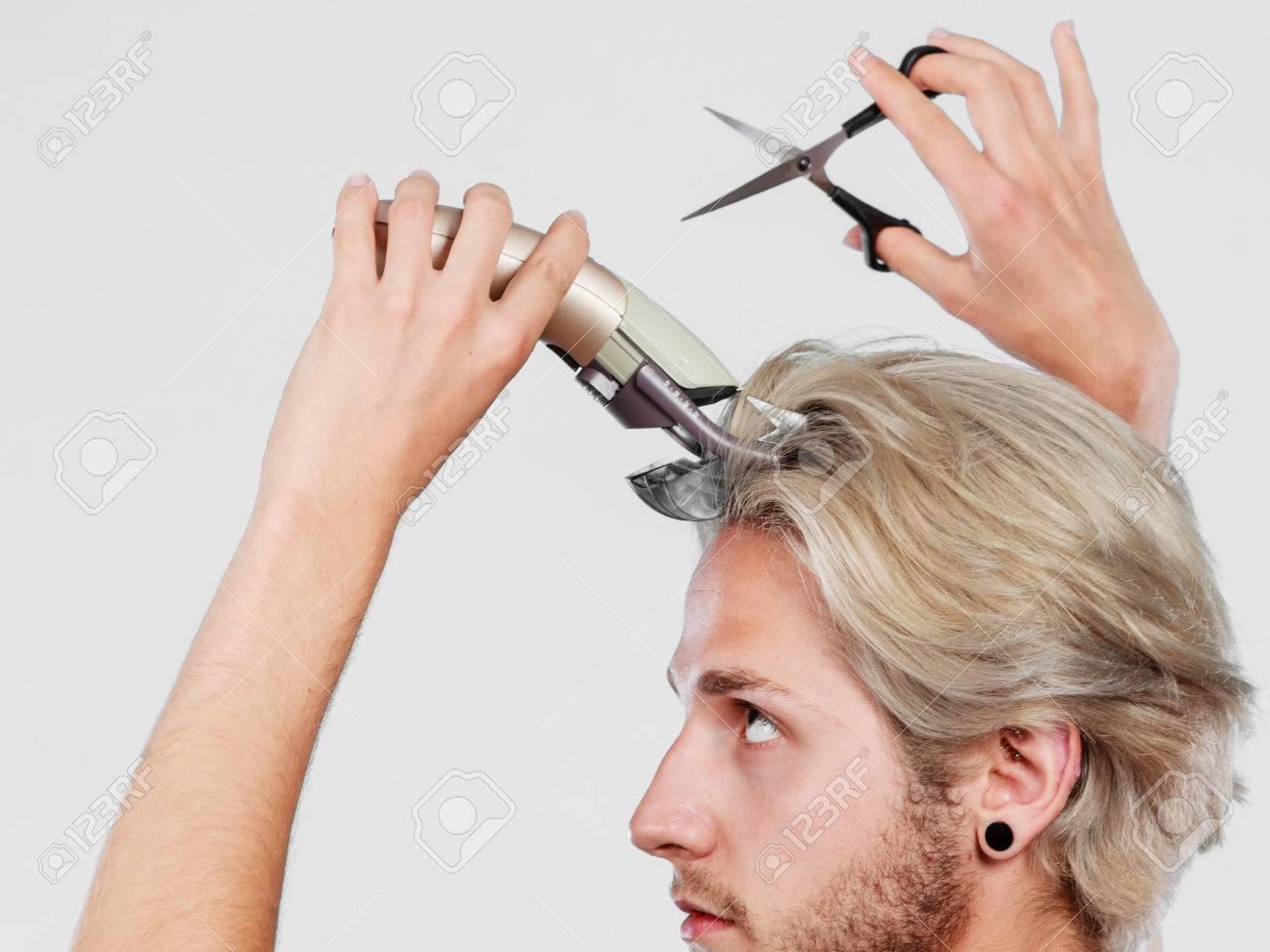 Hairdo ändern Frisur Konzept Cool Männlichen Hairstylist Machen