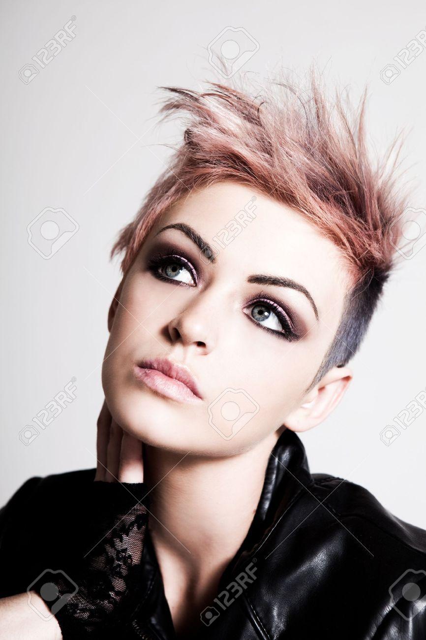 Eine Hübsche Junge Frau Mit Einem Schweren Ausdruck Ist Eine Punk