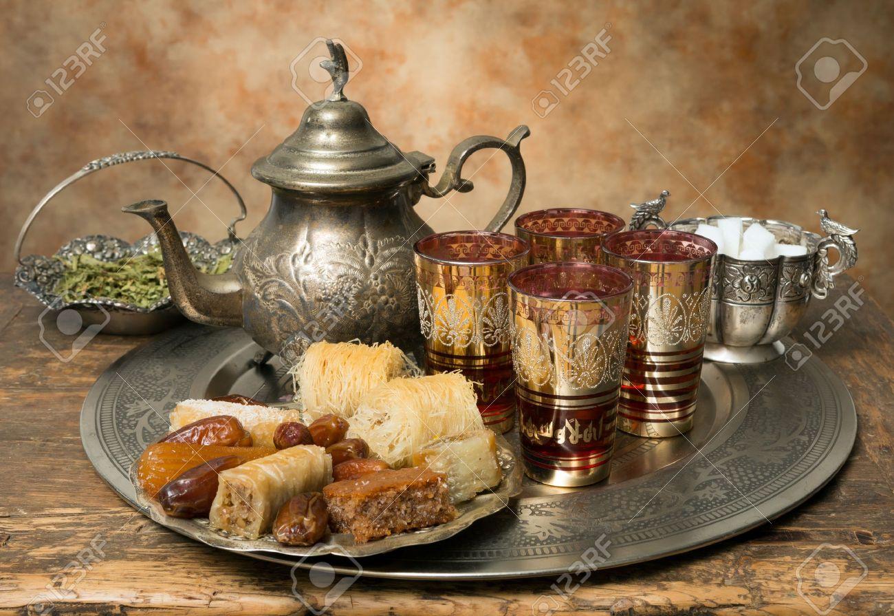 plateau et des biscuits de the oriental symbolisant l hospitalite marocaine