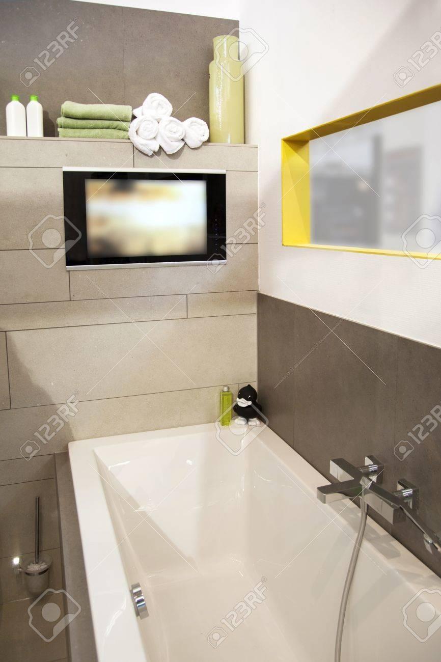 l interieur de la salle de bain moderne avec tv