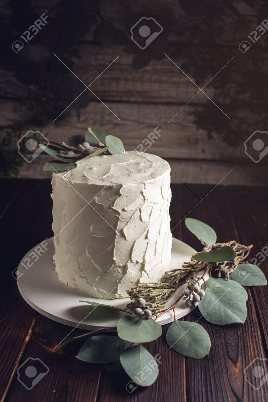 https fr 123rf com photo 71401172 g c3 a2teau cr c3 a8me blanc d c3 a9cor c3 a9 avec des feuilles vertes de l eucalyptus sur un socle en bois de style rustique html