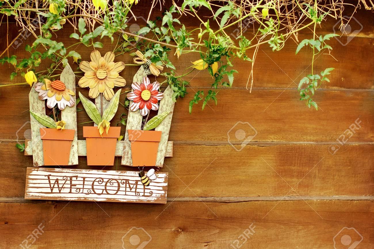 panneau de bienvenue sur une cloture en bois dans le jardin fond avec espace pour le texte ou l image banque d images et photos libres de droits image 31249675