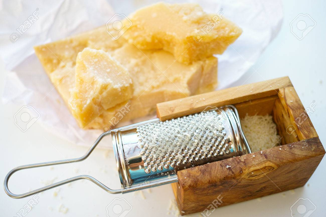 parmesan fromage parmesan rape et bois d olivier parmesan rape a fromage banque d images et photos libres de droits image 62346517