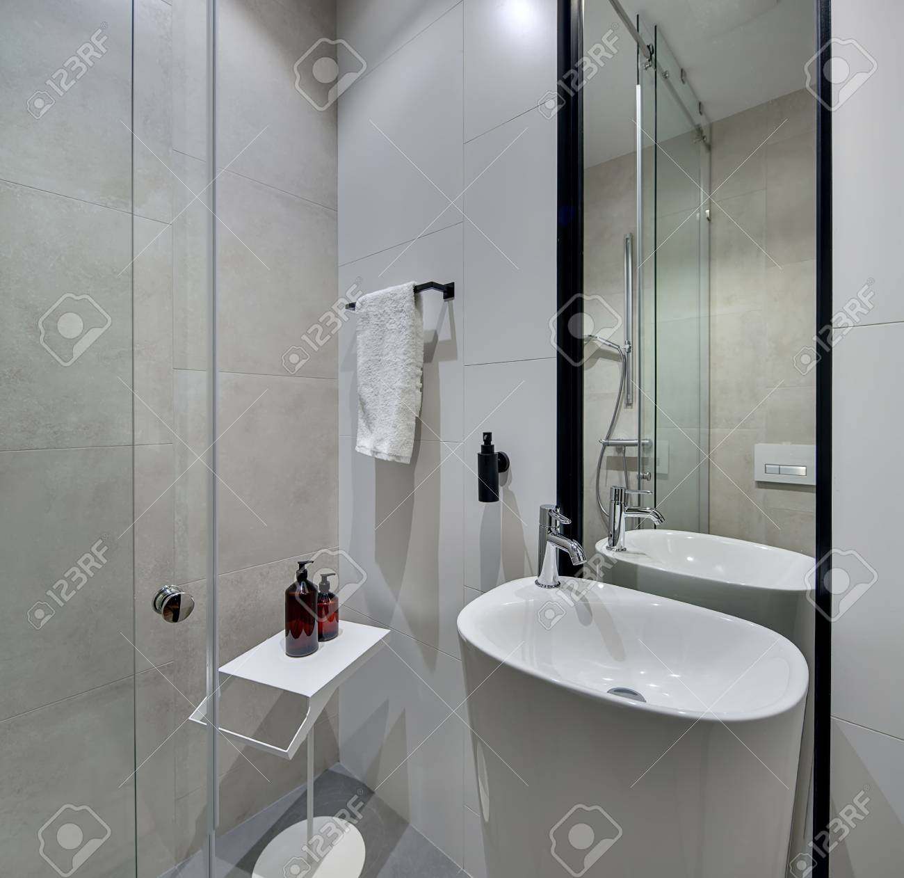 Bagno bianco pavimento grigio piastrelle per il bagno