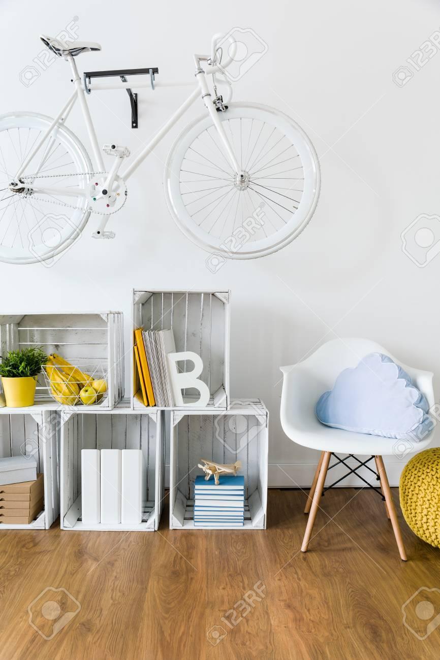 banque d images bois meubles faits a la main et le velo accroche sur le mur dans la chambre de lumiere avec un sol