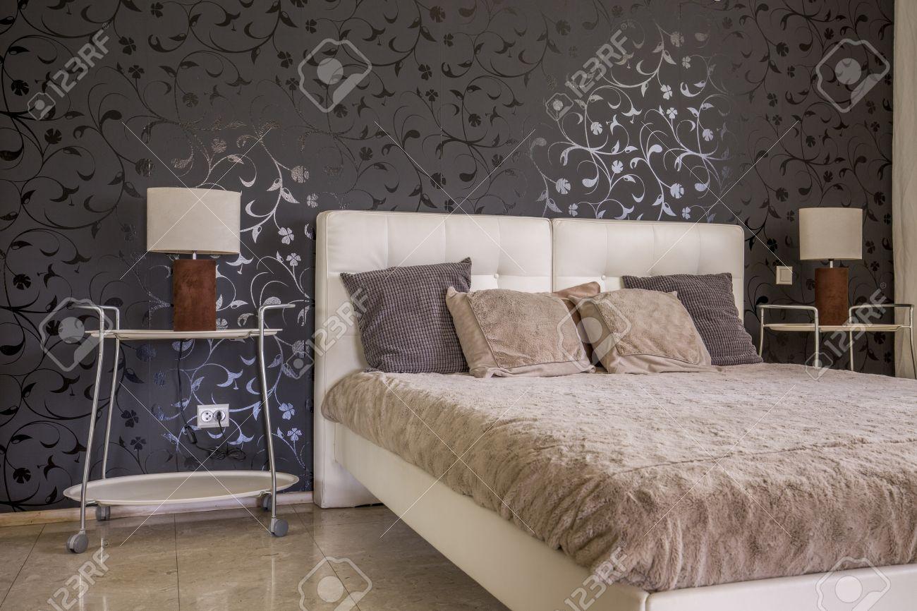 decor de chambre posh noir papier peint a fleurs et cuir lit matelassee