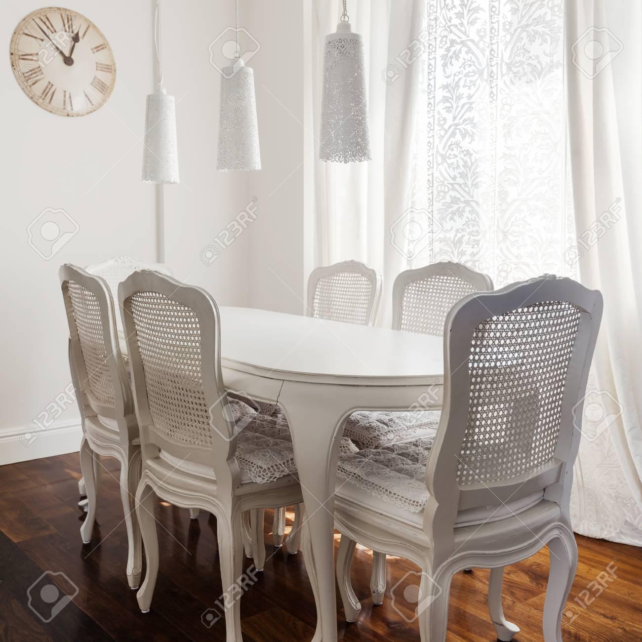 blanc romantique salle a manger avec des meubles en bois delicate banque d images et photos libres de droits image 61524286