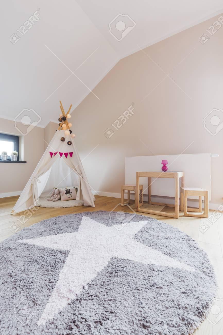 la chambre de fille comfy interieur avec un grand tapis rond et tente de tipis d un enfant dans le coin banque d images et photos libres de droits image 61585337