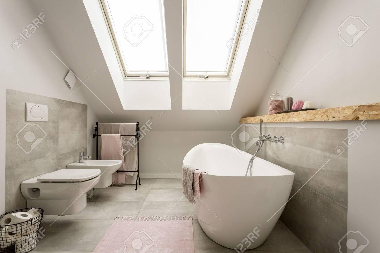 salle de bain femme gris moderne avec des decorations rose pastel