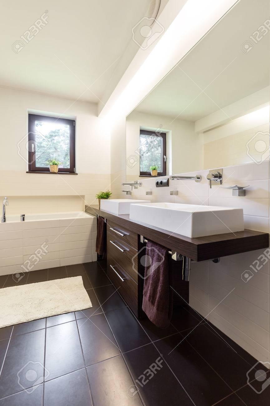 salle de bain contemporaine avec carrelage marron et creme et deux eviers en ceramique banque d images et photos libres de droits image 62168715
