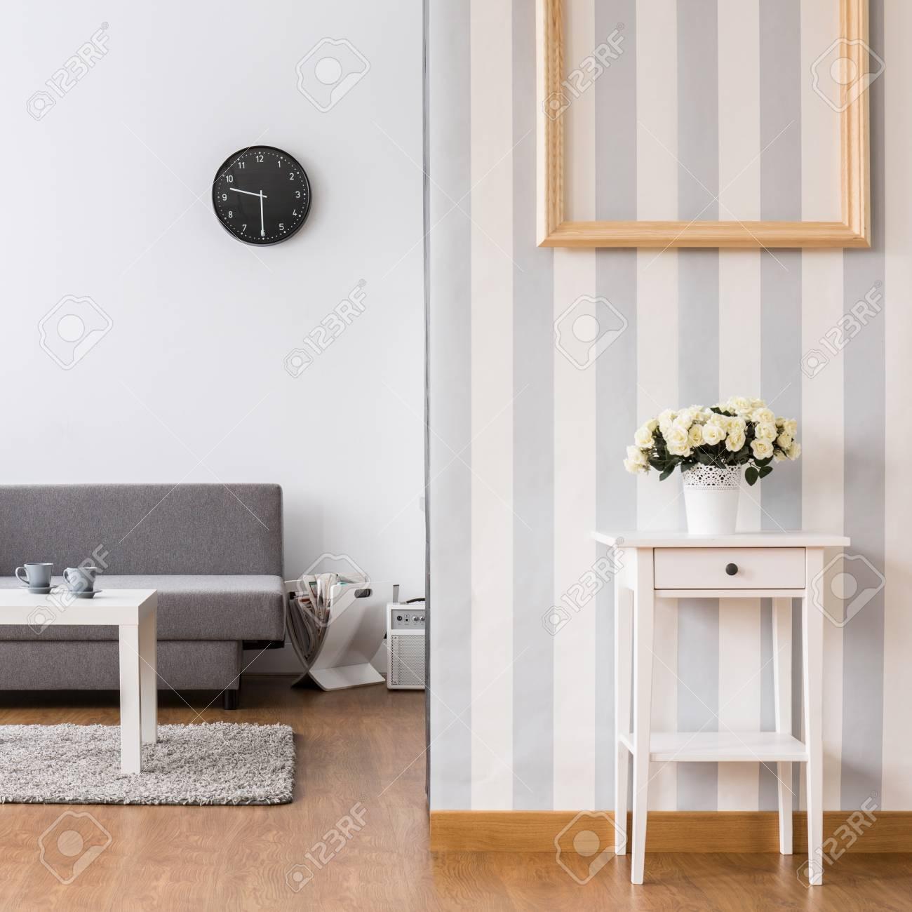 legant salon avec canape gris et petite table basse interieur lumineux avec revetement de sol et papier peint decoratif banque d images et photos libres de droits image 62745718