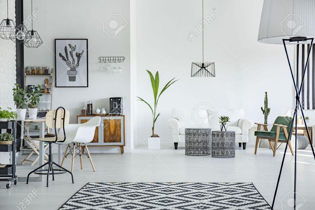 blanc grenier interieur dans le style scandinave avec motif tapis