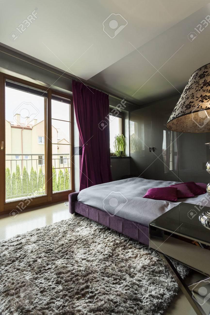 Chambre Luxueuse Dans Les Tons De Gris Et Violet Avec Lit Moquette Et  Fenêtre De La Terrasse