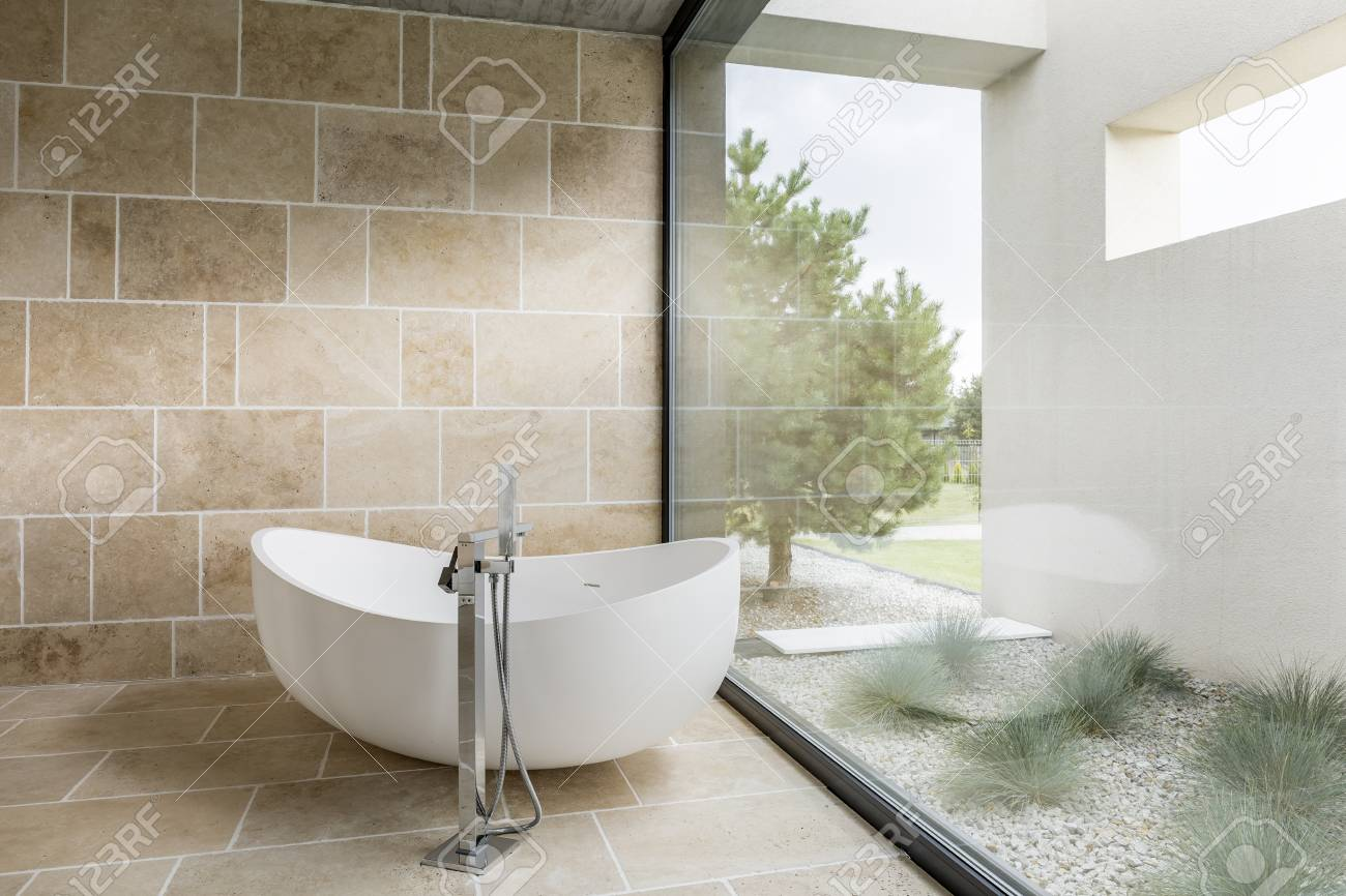 salle de bains avec fenetre mur baignoire et carrelage beige banque d images et photos libres de droits image 68553804