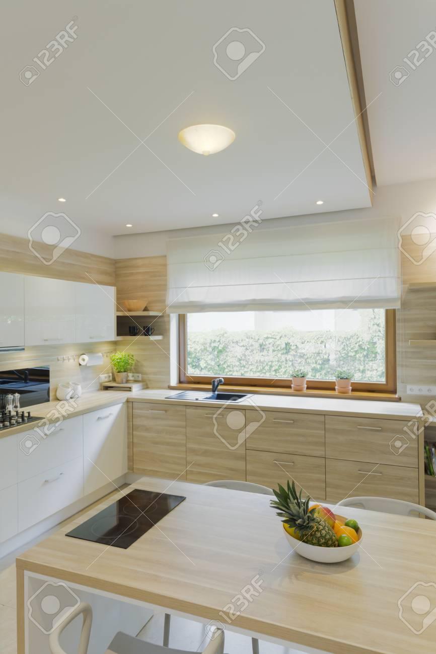banque d images cuisine en bois blanc equipee avec grande fenetre armoires minimalistes iles et plafonds tombes