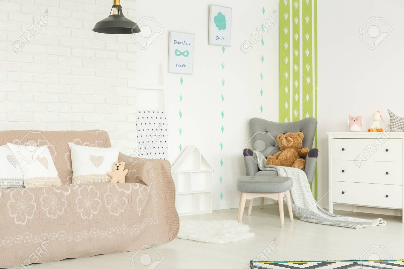 chambre d enfant blanche avec canape fauteuil commode et lampe banque d images et photos libres de droits image 75795543