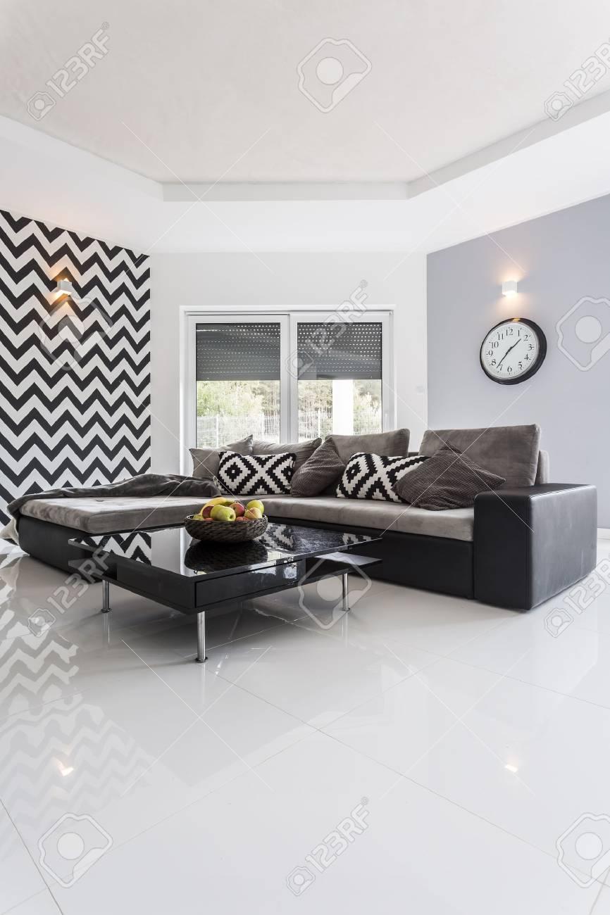 salon moderne avec carrelage blanc poli et mur raye