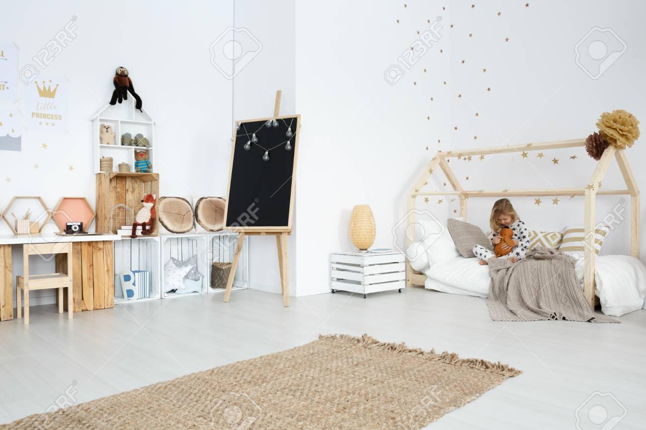 https fr 123rf com photo 81687993 chambre spacieuse fille blanche avec des jouets et des meubles faits c3 a0 la main html