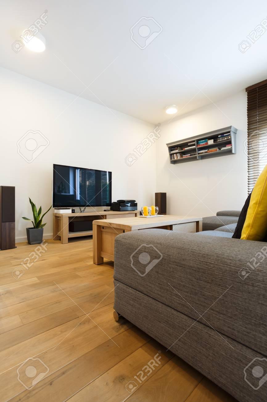 salon avec parquet murs blancs et canape banque d images et photos libres de droits image 85134044