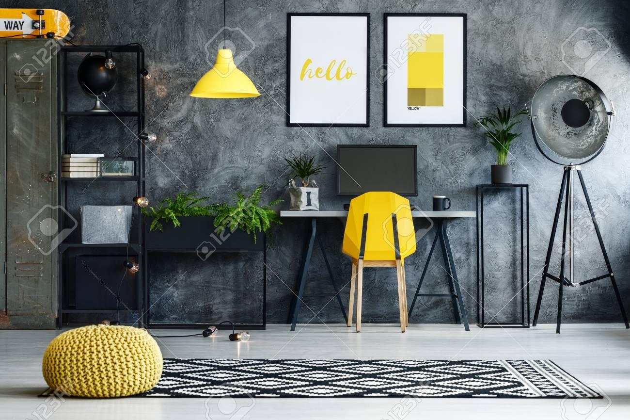 pouf tresse jaune sur tapis noir et blanc dans la zone de travail sombre avec lampe et chaise jaune banque d images et photos libres de droits image 87277626