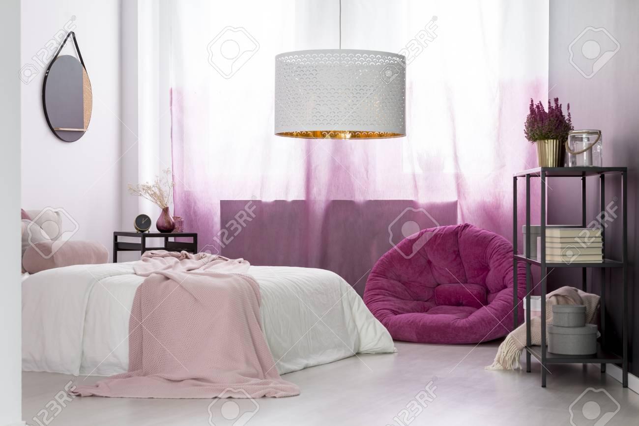 https fr 123rf com photo 97990638 lampe design dans la chambre de la fille avec pouf rose contre les rideaux d c3 a9grad c3 a9s et miroir au dessus html
