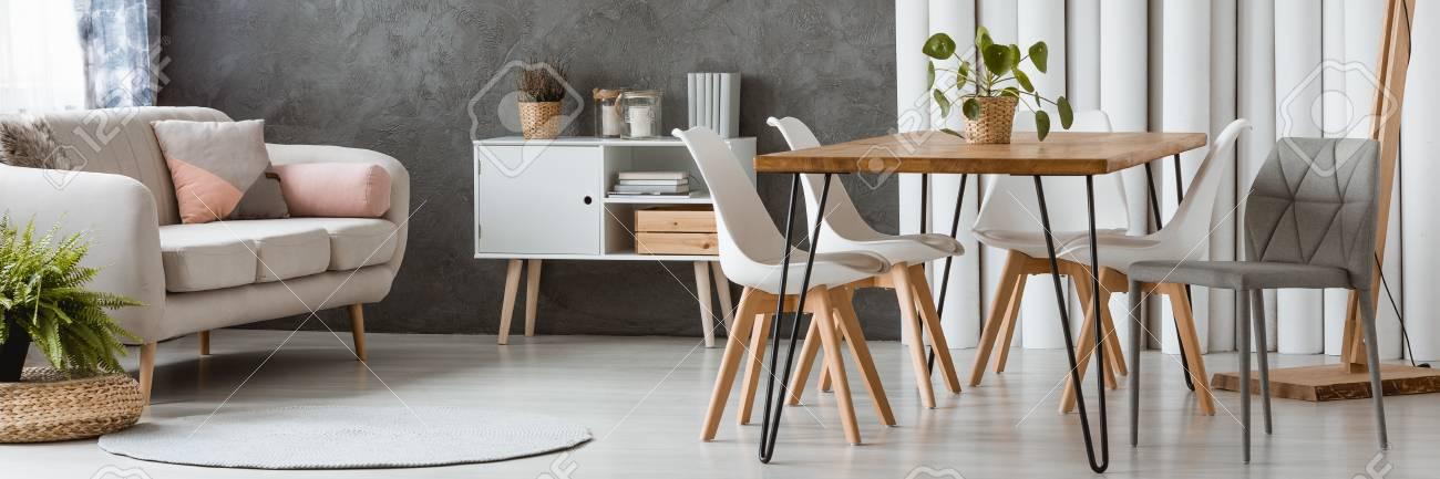 meuble blanc et bois adosse a un mur texture gris avec diviseur de tubes en interieur plat monochrome banque d images et photos libres de droits image 92731149