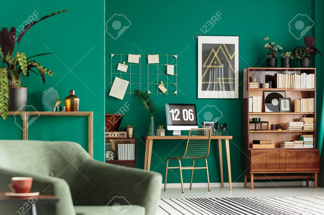 interieur de salon vert avec des livres sur une armoire en bois et un bureau pour le travail de travail banque d images et photos libres de droits image 99295077