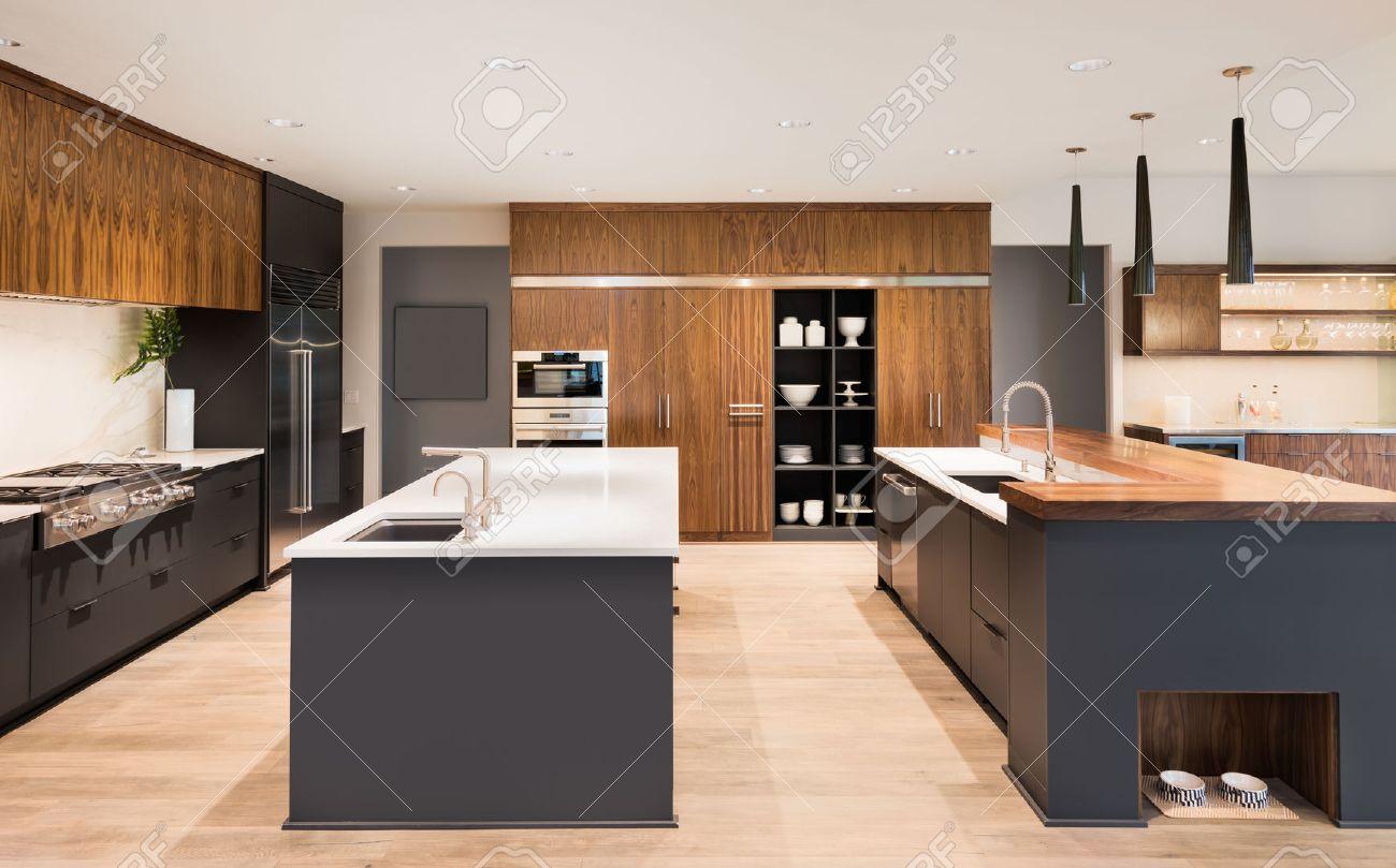 banque d images cuisine interieur avec les iles deux deux lavabos armoires et planchers de bois franc a new luxury home