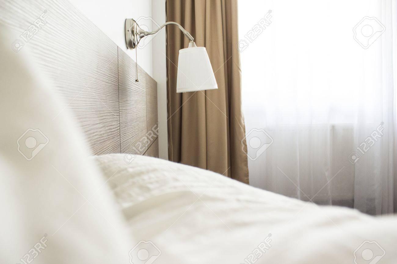 chambre a coucher moderne avec des feuilles lampe rideaux et lit foudre