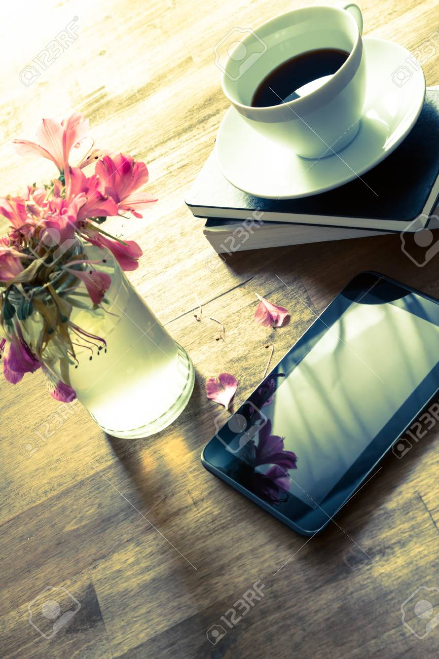 Lire Un Livre Sur Tablette : livre, tablette, Livres, Tablette, Boire, Café, Après-midi, Décontracté., Banque, D'Images, Photos, Libres, Droits., Image, 42022048.