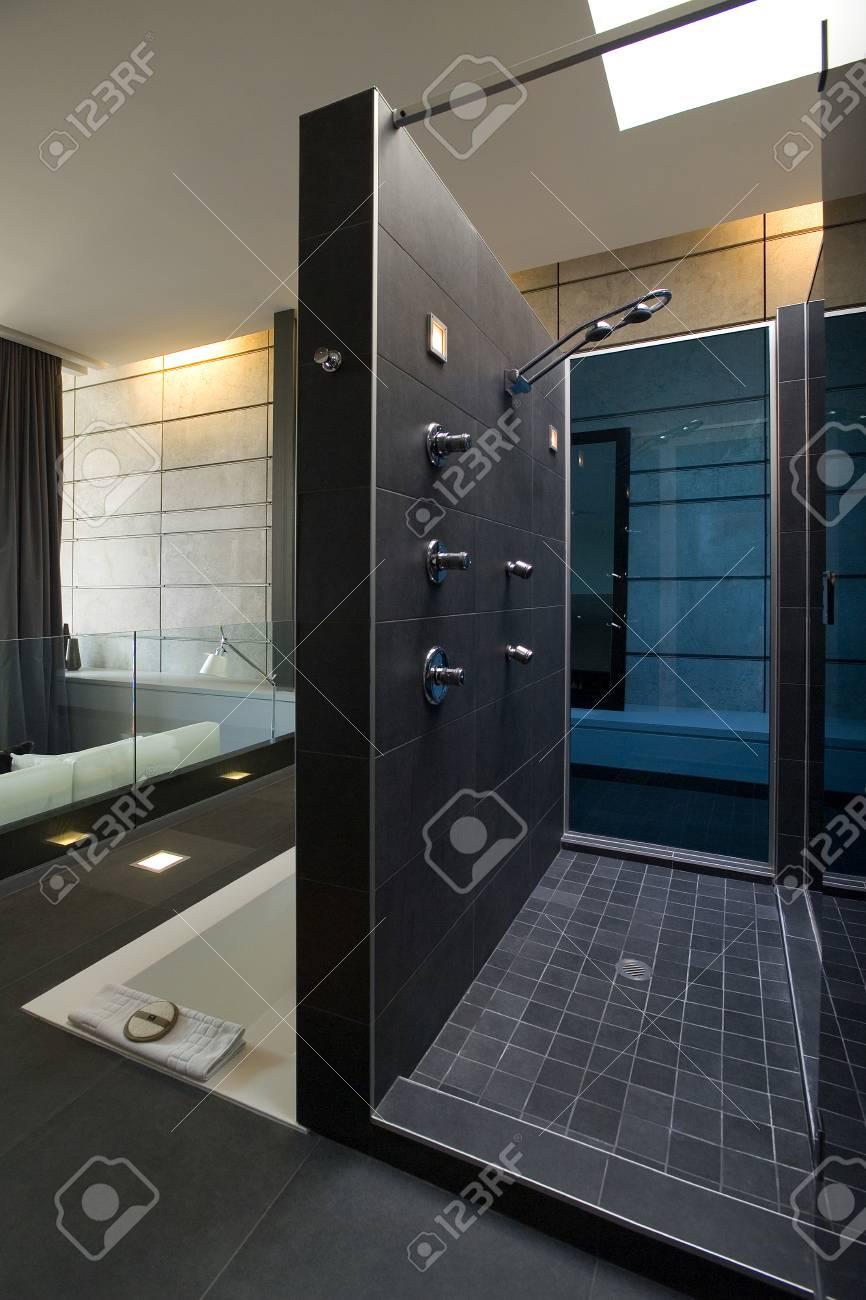 douche avec murs en ceramique gris fonce et sol pres de la baignoire banque d images et photos libres de droits image 98960022