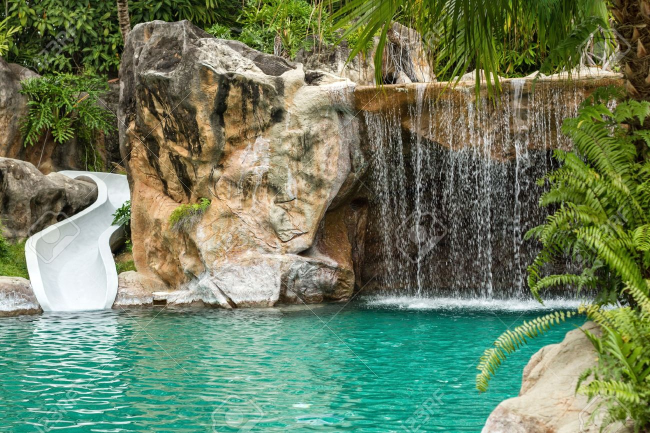 petite piscine avec cascade et toboggan a haute resolution