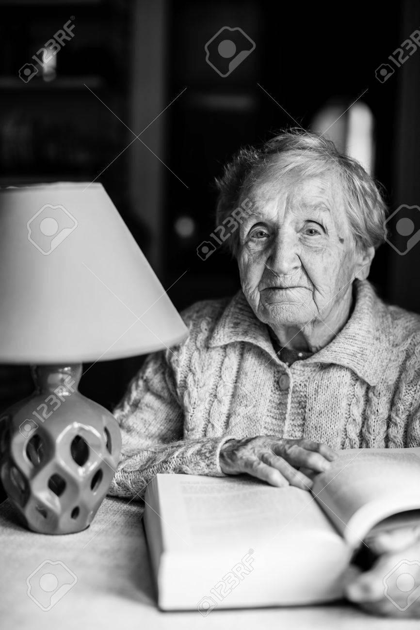 Femme Qui Lit Un Livre : femme, livre, Portrait, Blanc, D'une, Femme, âgée, Livre, Lampe, Nuit., Banque, D'Images, Photos, Libres, Droits., Image, 81697150.