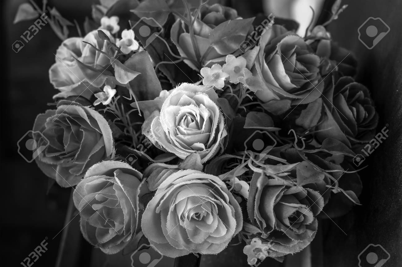 fleurs artificielles decoratives en noir et blanc des roses artificielles dans le style vintage
