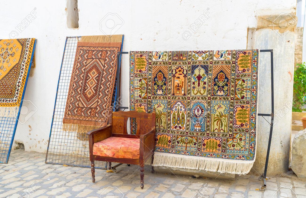 les marchands de tapis exposent les tapis dans la rue a cote des etals sousse tunisie
