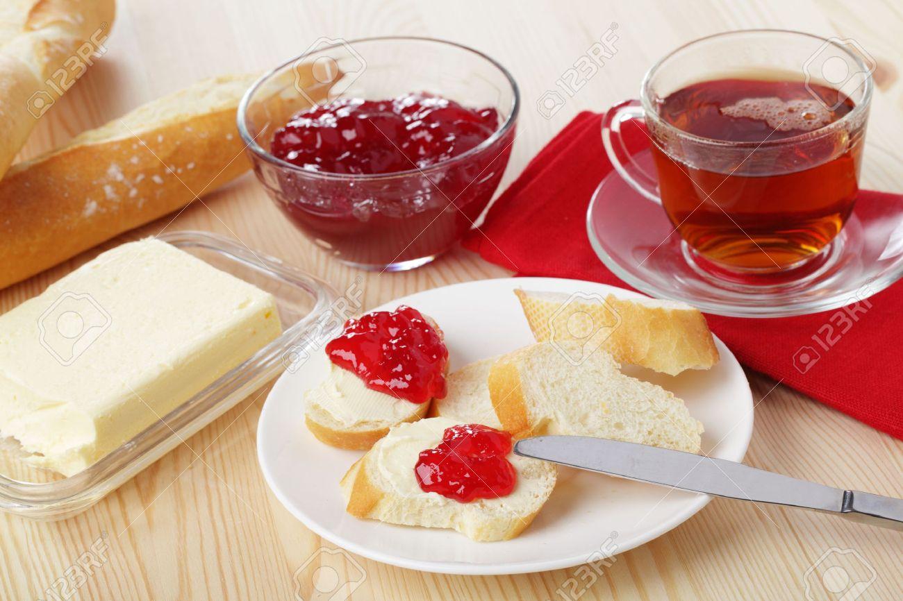 petit dejeuner avec pain baguette beurre confiture et the