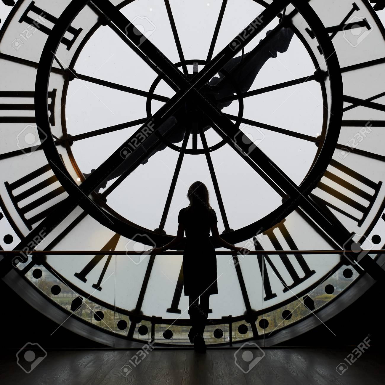 banque d images silhouette de femme debout devant l horloge au musee d orsay paris france personne meconnaissable avec vue sur paris