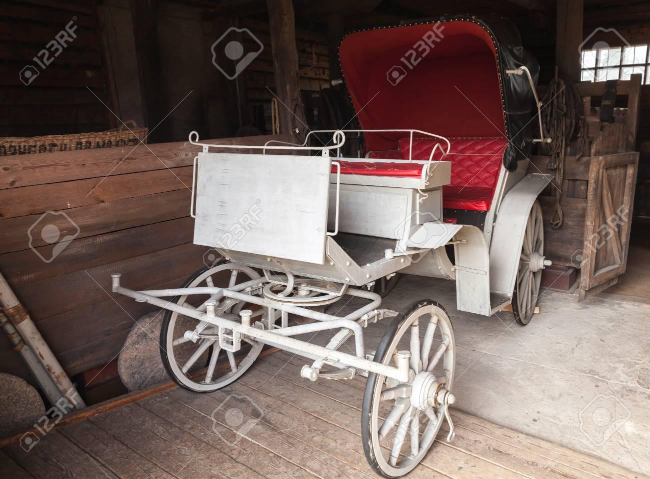 https de 123rf com photo 58893455 vintage wei c3 9fe wagen mit roten salon steht in l c3 a4ndlichen garage html