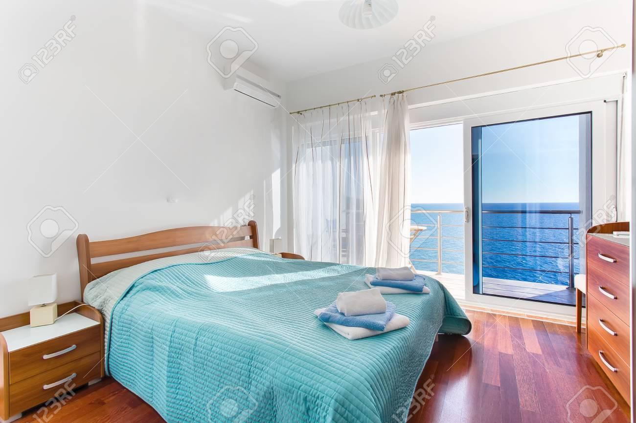 lit de maitre moderne lits confortables y compris les dessins les murs sont de couleur blanche vue sur la mer a l interieur des chambres d un appartement banque d images et photos libres de