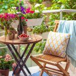 Schone Terrasse Oder Einen Balkon Mit Kleinem Tisch Stuhl Und Blumen Lizenzfreie Fotos Bilder Und Stock Fotografie Image 40623937