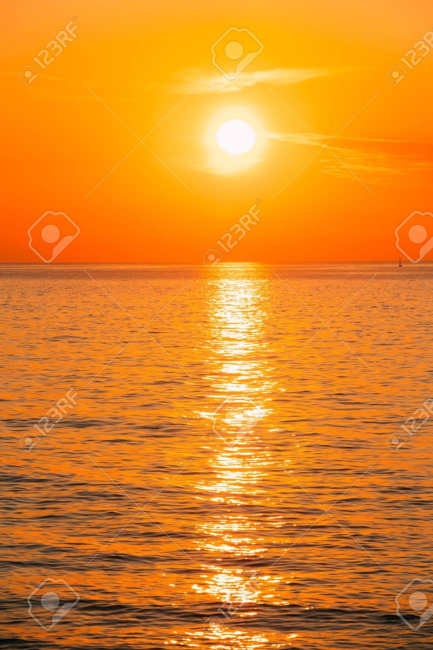 Le Soleil Se Couche Ou : soleil, couche, Soleil, Couche, L'horizon, Coucher, Lever, L'océan., Banque, D'Images, Photos, Libres, Droits., Image, 76733518.