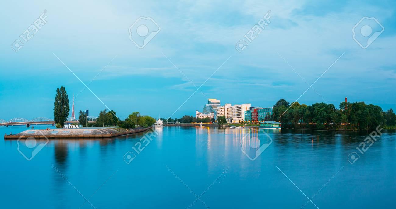 https fr 123rf com photo 84316232 paysage urbain au soir de riga en lettonie vue sur la biblioth c3 a8que nationale de lettonie riga radio tv html