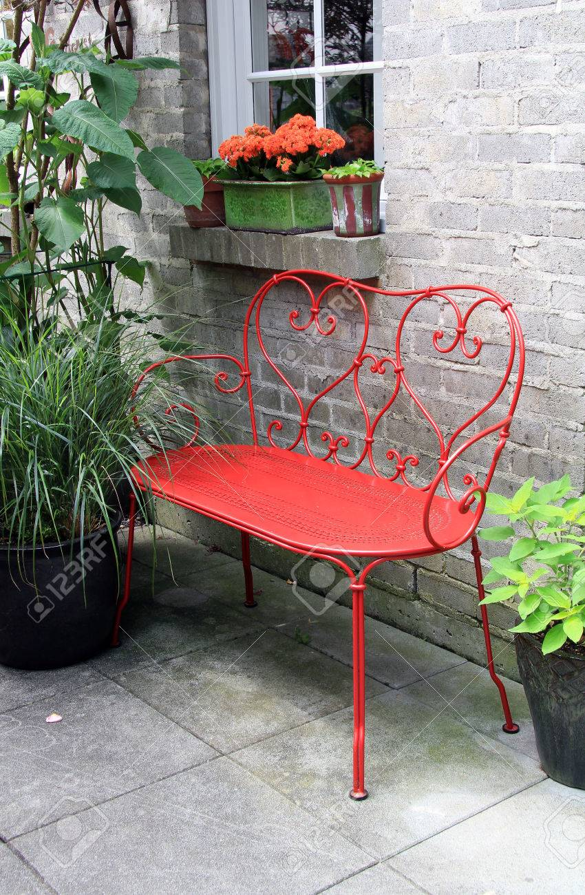 red banc en fer forge a l exterieur sur une terrasse de jardin banque d images et photos libres de droits image 42071463