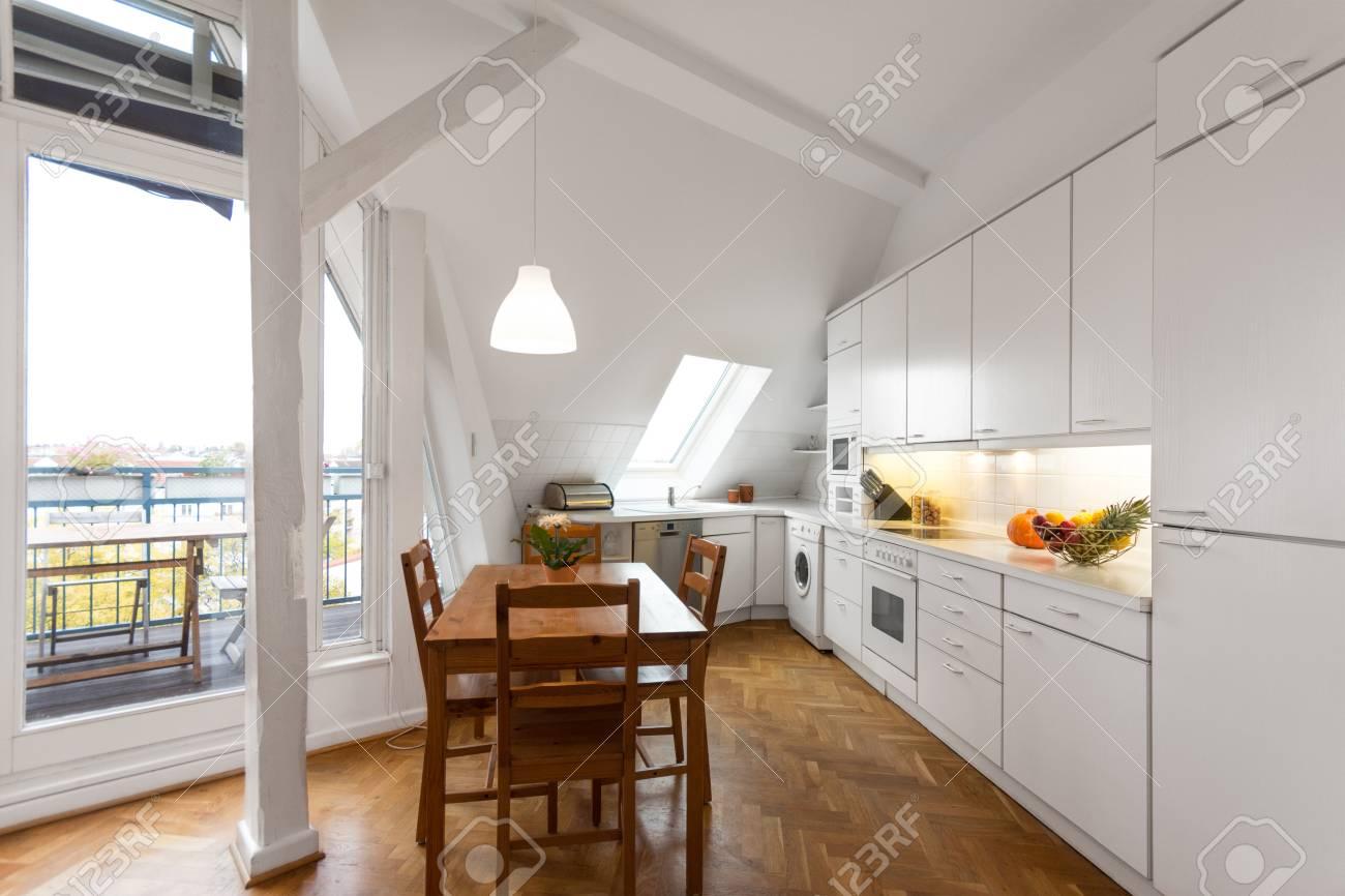 Weisse Kuche Holzboden Seitenansicht Des Weissen Klassische Kuche