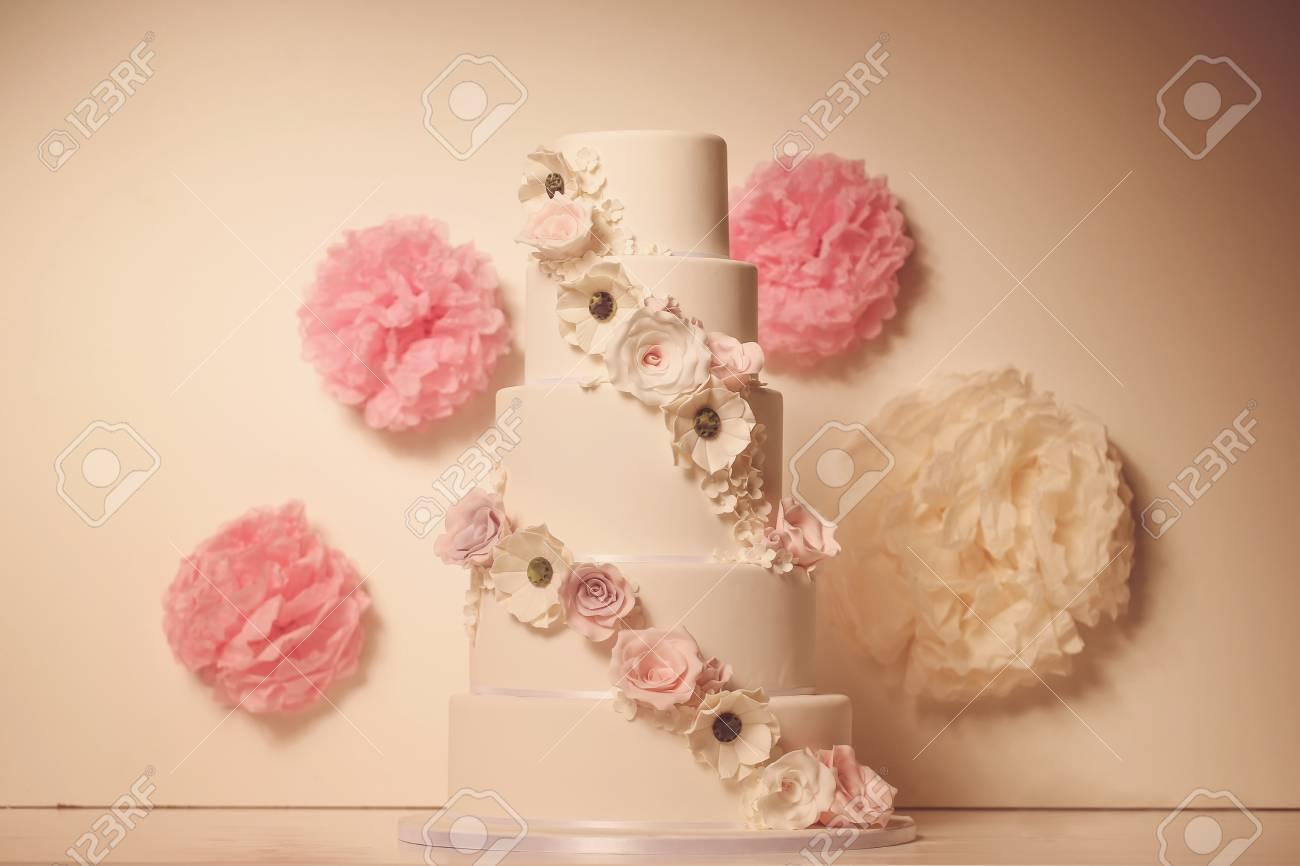 https fr 123rf com photo 42421017 g c3 a2teau blanc de la p c3 a2te d amande avec des fleurs html