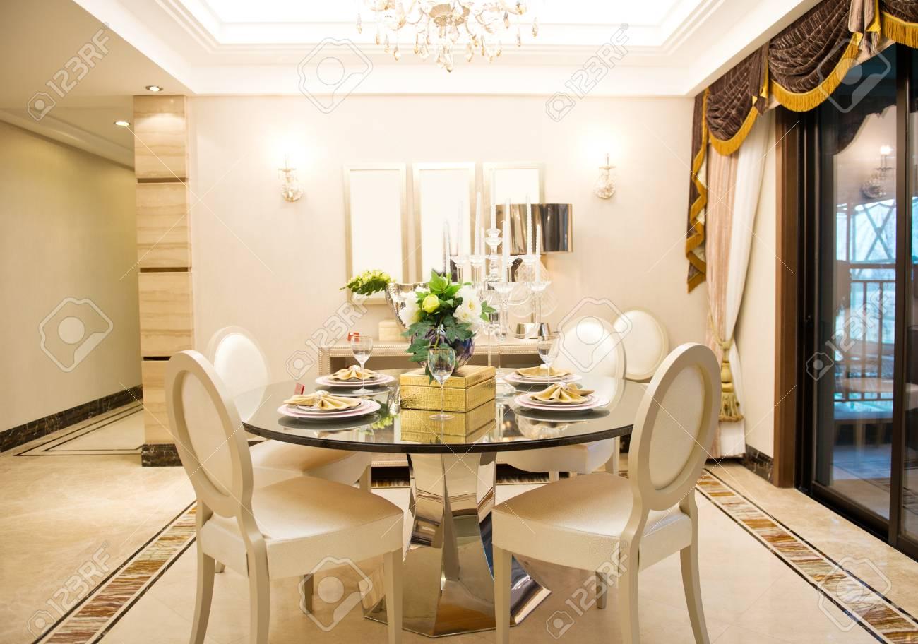 salle a manger moderne dans une maison de luxe